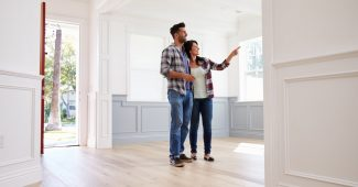 premier couple regardant un bien immobilier potentiel